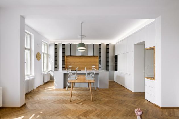 Dřevěná podlaha vevzoru rybí kosti podpořila autenticitu tohoto interiéru. Vybraný odstín dubu dokonale ladí spřirozeností denního světla