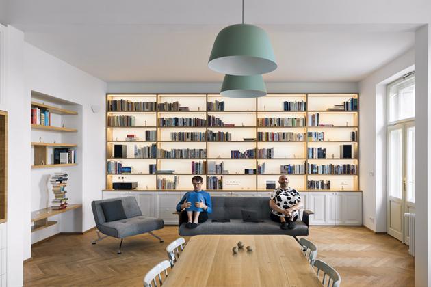 Hlavnímu obytnému prostoru dominuje namíru vyrobená, solitérně koncipovaná knihovna se skříňkami sLED podsvícením zTruhlářství Fencl,  (www.truhlarstvifencl.cz), návrh knihovny dodalo studio  No Architects