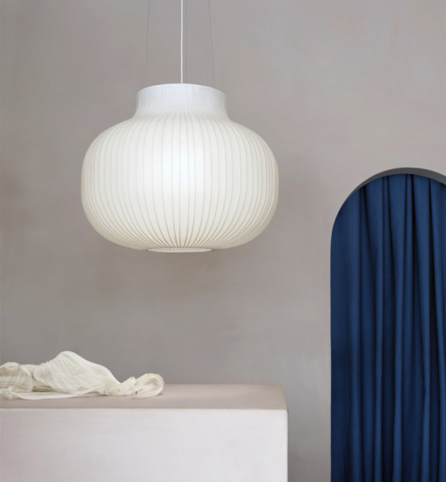 Závěsné svítidlo Strand (Muuto), kokonová pryskyřice aocelový rám, Ø 80cm, cena 21290Kč, www.designville.cz