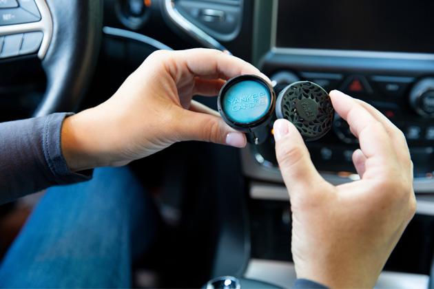 Yankee Candle uvádí nové provedení vůně do auta s regulací intenzity a světelným indikátorem.