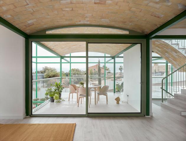 Stropy interiéru zdobí tradiční katalánské klenby