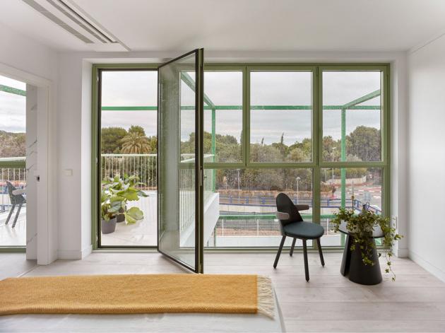 Za návrhem domu stojí londýnské architektonické studio Space Popular, které dbalo na princip udržitelné a modulární výstavby.