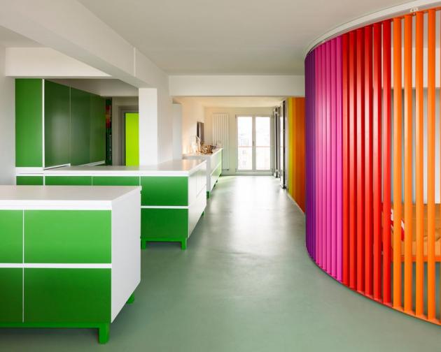 Do projektu zahrnujícím vstupní halu, dvě ložnice a obývací pokoj s kuchyňským koutem Crasset vnesla novou logiku a originální nápad