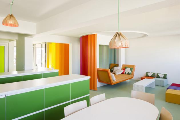 Známá francouzská designérka Matali Crasset dokončila rekonstrukci bytu o rozloze 80 m2 vPaříži.