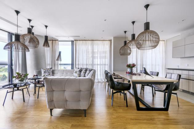 Dojídelny je umístěn na míru zhotovený jídelní stůl vrozměru 1,1 × 2,5m. Dýha desky je sesazena do písmeneV azároveň je vhranách zešikmena azaoblena pro větší pohodlí ipohledovou lehkost. Podnož včerné barvě nese světlou desku vbarvě ladící sostatním nábytkem. Otočné židle jsou pro větší komfort opatřeny čalouněnými sedáky. Nad stolem je zavěšeno osvětlení Octo/Secto/Victo krásného tvaru, které díky své konstrukci působí velmi lehce azároveň odráží příjemné světlo istíny dosvého okolí