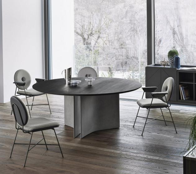 Stůl Magnum (Bontempi), dřevěná dýha, beton, cena od 97 507Kč, židle Penelope (Bontempi), textilie, kov, cena od 13 779Kč,  www.casamoderna.cz