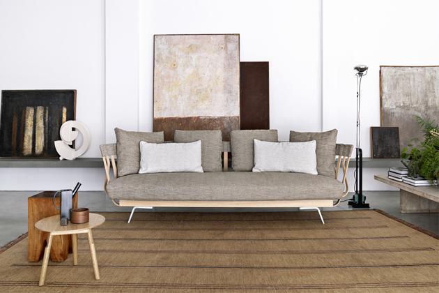 Pohovka E la nave va sofa (Alias), design Atelier Oï, textilie i kůže, dubové lamely, dýha, buková překližka, litý hliník, cena od 310 040 Kč, www.lino.cz