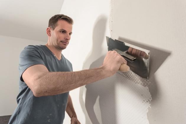 Stěny je v první řadě potřeba na malování důkladně připravit. Nejprve se musí očistit od starých nátěrů či tapet a zbavit nerovností. K tomu vám poslouží štuk, s jehož pomocí vrátíte stěnám svého domova čisté linie.