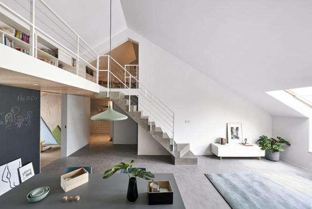 Asymetrický sklon střechy umožnil vestavbu galerie se subtilní kovovou konstrukcí