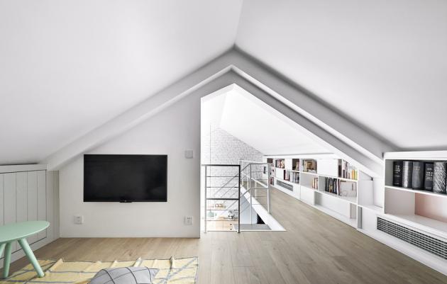 Strop vpatře má tvar klasické sedlové střechy