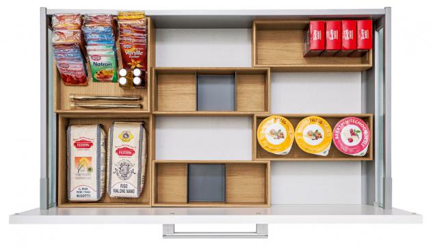 Vnitřní zásuvkový systém Flex-box z masivního dřeva pro organizaci atřídění kuchyňských potřeb. Flex-boxy lze doplnit také kovovými rozdělovači