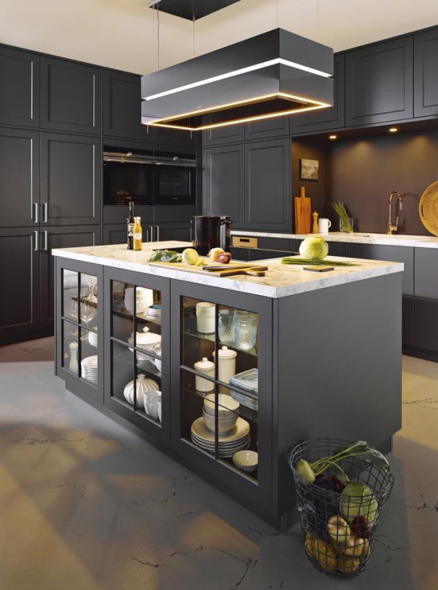 Stylová azároveň elegantní country kuchyně Vienna (Schüller) vmoderním odstínu černé lávy L 190. Zvláštnosti: induktivní nabíjecí stanice, Flex-boxy pro zásuv avýsuv