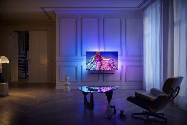 Prémiová televize OLED+934 (Philips), úhlopříčka 55, audiotechnika Bowers & Wilkins, zvukový systém Dolby Atmos, světelná technologie Ambilight, cena 59 999 Kč, www.philips.cz