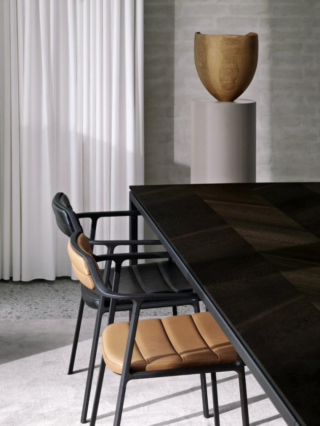 Jídelní židle spodručkami, lakovaný hliník, polstrování textil nebo kůže, cena dle provedení od12712Kč, www.stockist.cz