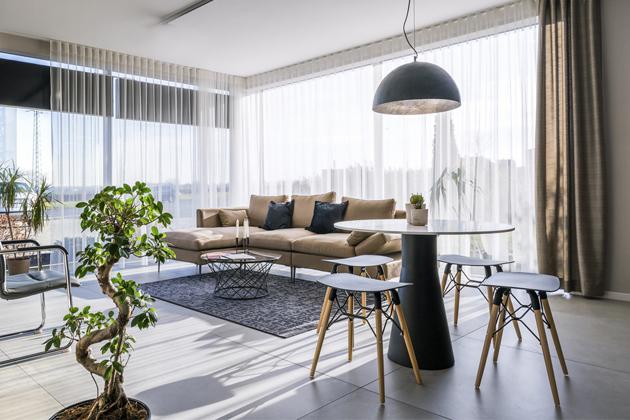 Showroom ve Vestci u Prahy představuje to nejlepší ze španělské produkce designového nábytku. Velkorysá podlahová plocha umožnila prostor rozdělit na jednotlivé funkční zóny podobně jako  v soukromém interiéru