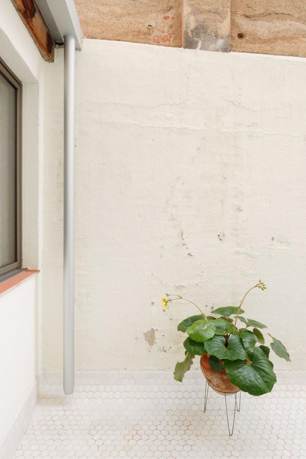 Pro zvýšení odrazu světla byla na podlaze dvorku použita bílá šestihranná mozaika