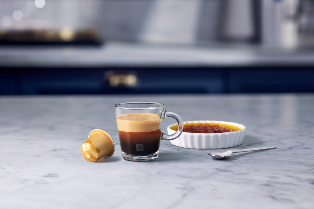 Barista Creations Caramel Crème Brulée – doteky aroma karamelu zjemňují tóny pražení této směsi káv Arabica z Latinské Ameriky. Výsledná směs je velmi bohatá  s krémovou plnou chutí, která vám osladí den.