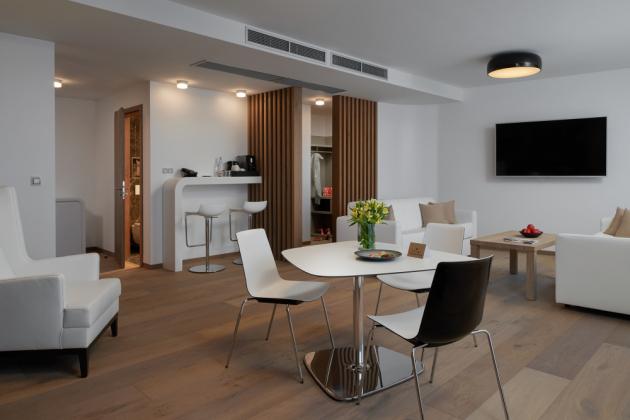 Dokonale sladěno – podlahy, stěna s policemi, stolek i paravánová příčka ve suite Chiron = dřevěné vícevrstvé krytiny švédské značky Kährs Grande (dekor Dub Citadelle), prodává KPP.