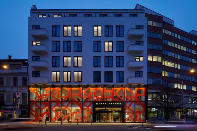 Petr Kvíčala patří k významným osobnostem české abstraktní malby, je autorem ornamentů na skleněné fasádě hotelu Passage. Použity jsou tři základní liniové ornamenty, které jsou vedeny ve dvou křížících se směrech.