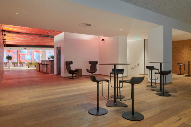 Téměř třímetrové lamely z kolekce dřevěných vícevrstvých krytin Kährs Grande (dekor Dub Citadelle) leží na podlahách ve foyer
