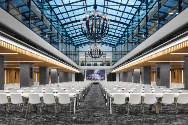 Lustry v konferenčním sále - ideovou předlohou byla strohá, funkcionalistická forma svítidel z roku 1930, které jsou instalovány v budově Vrchního soudu v Praze. Inspirací je tedy předmět datovaný do stejné doby, jako samotný brněnský hotel Passage