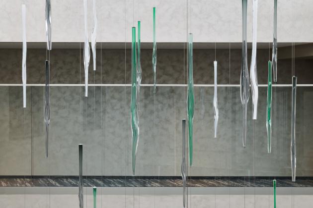 Zavěšené kapky prostupují úzkým prostorem a jejich kompozice mění svoji podobu z míst, ze kterých je může návštěvník sledovat – v různých výškách a horizontech.