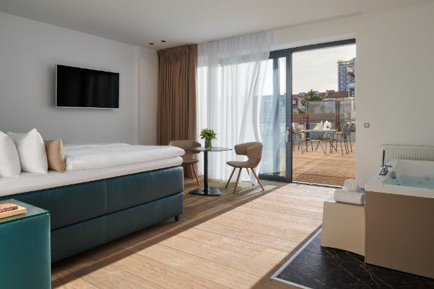 Opět sladěno – podlahy a stolek z dřevěných krytin Kährs Grande (dekor Dub Citadelle), tentokrát ve suite V+W, který nabízí podobně jako suite Chiron terasu s výhledem na Brno.