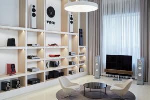 Showroom VOIX je ojedinělým projektem, který se rozkládá na ploše 600m2 nedaleko Staroměstského náměstí na Praze 1. Zaměřuje se na špičkovou audiotechniku instalovanou v designových a akusticky upravených poslechových místnostech. Přijdou si zde na své milovníci zvuku, ať jsou to hudební, či filmoví fanoušci.