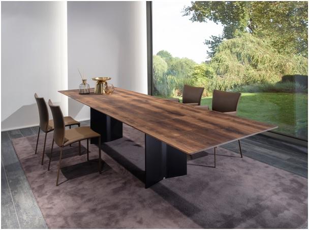Jídelní stůl Atlas Magnum patří mezi nejkrásnější jídelní stoly od značky Draenert. Jeden takový můžete obdivovat přímo vshowroomu Stopka, kde jej doplňují také židle od stejnojmenné značky. Stůl je vyroben zdesky zpřírodního kamene a podstavců zbroušeného hliníku. Unikátní patent díky němuž lze rozložit i kamennou desku umožňuje stůl rozložit z280cm až na 360cm a uspořádat hostinu pro 14 osob. Atlas Magnum si klient může objednat i sdřevěnou deskou, podle přání.