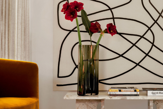 Pro kolekci stolů astolků Androgyne (Menu) designérka Danielle Siggerud zvolila hru sženskými amužskými prvky, doženských linií vložila maskulinní prvky avýsledkem je solitérní charakter snepřehlédnutelným tvaroslovím.