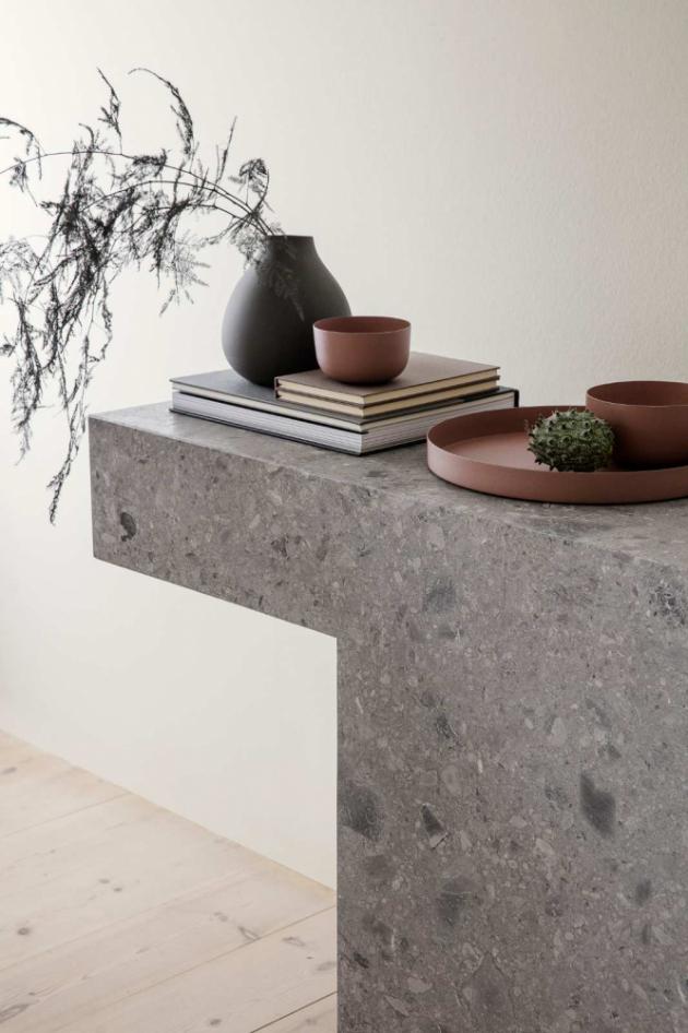 Nové dekorativní mísy a tácy z kolekce REO (Blomus) prezentují dokonalou odolnost oceli s neodolatelným designem.  Křehká elegance jemných zaoblených křivek vykouzlí z každodenní jídelní tabule nezapomenutelný zážitek. V nabídce v odstínech červenohnědé, šedorůžové a cínové. Jednotlivé kusy lze i kombinovat.