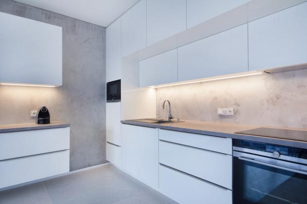 Stěrka Betonepox® je nejen krásná, ale i velmi praktická. Skvěle se uplatní v namáhaných prostorech, jako jsou kuchyně, koupelny či dokonce bazény. Oblíbená je také v předsíních, chodbách, v obývacích místnostech a na fasádách v exteriéru. Pyšní se bezkonkurenční odolností a to i vůči vodě, tvrdostí a životností.