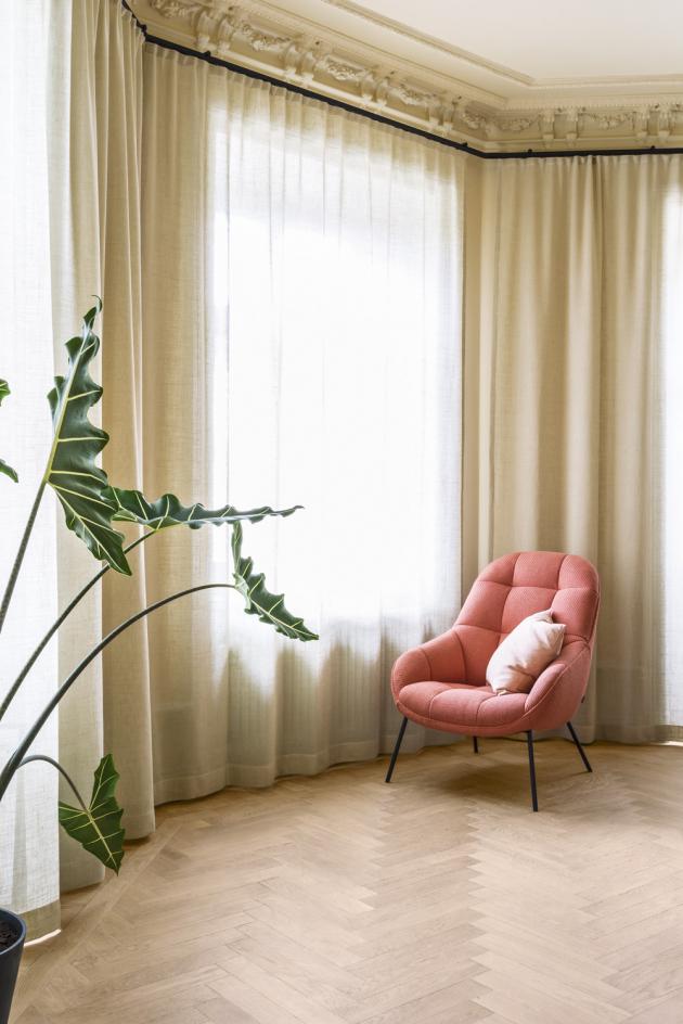 Křeslo Mango navrhlo Note Design Studio pro výrobce Won, ve stockholmském bytě svým výrazným odstínem tvoří působivý akcent