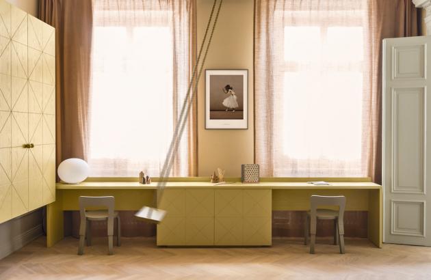 V dětském pokoji převažuje nábytek vyrobený na míru. Jedinými solitéry jsou zde dětské verze židle N65 od výrobce Artek