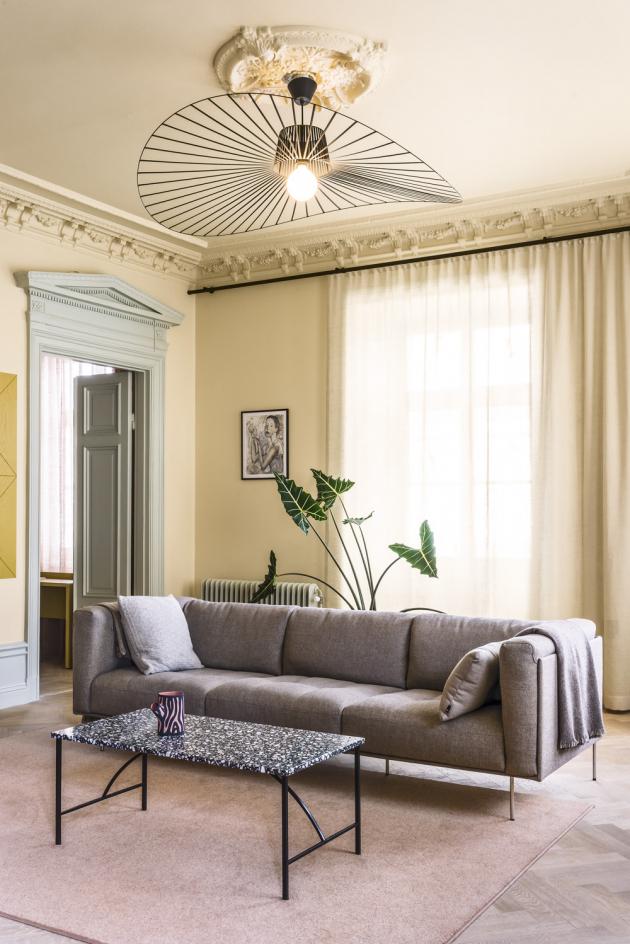 Stejně jako barvy, také vybrané materiály se objevují napříč celým prostorem. Odkládací stolek Tabula od výrobce Fogia (Note Design Studio) opakuje terazzo využité na velké ploše v kuchyni