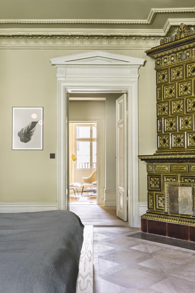 Repasovaná kachlová kamna zdobí ložnici a obývací pokoj