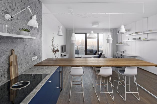 Nábytek pro studio Flat White vyráběla česká firma DEVOTO. Odstín jídelního stolu architektky vybíraly tak, aby dokonale ladil s odstínem podlahy. Stůl je z mořeného dubu