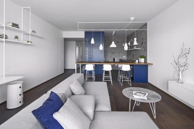 S absolutní lehkostí se na pouhých třicet sedm metrů čtverečních architektkám podařilo vtěsnat plnohodnotné kuchyňské a obývací zázemí