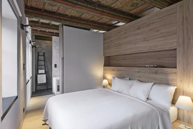 Ložnici tvoří postel s kovovým rámem a kvalitní vysoká matrace, nábytková nika v záhlaví a odkládací desky s lampičkami po stranách. Lze ji z oboustranně uzavřít posuvnými skleněnými dveřmi