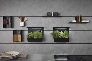 Systém osazení stěny nad pracovní deskou závěsnými poličkami a držáky, systém Next125, WWW.SCHUELLER.DE
