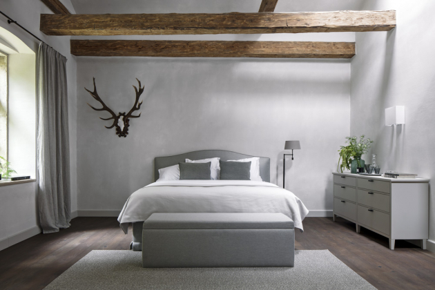 Postel byla vyrobena v Belgii, dřevěný prádelník je lakovaný