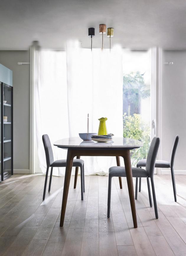 Stůl Hanami (Novamobili), design Matteo Zorzenoni, nohy dřevo dubové nebo ořechové, deska z leštěného nebo matného mramoru, cena od 68 520 Kč, židle Time (Novamobili), design Studio Gherardi, textil, cena od 12 680 Kč, WWW.LINO.CZ