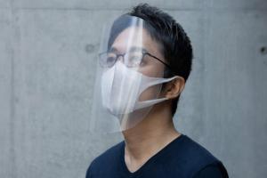 Japonský designér Tokujin Yoshioka přichází s návrhem ochranného štítu pro zdravotnický personál bojující proti Covid-19.