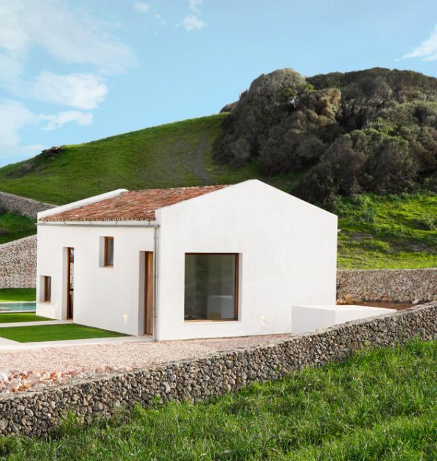 Na španělském ostrově Menorca vyrostl dům podle návrhu místní architektky Mariny Senabre.