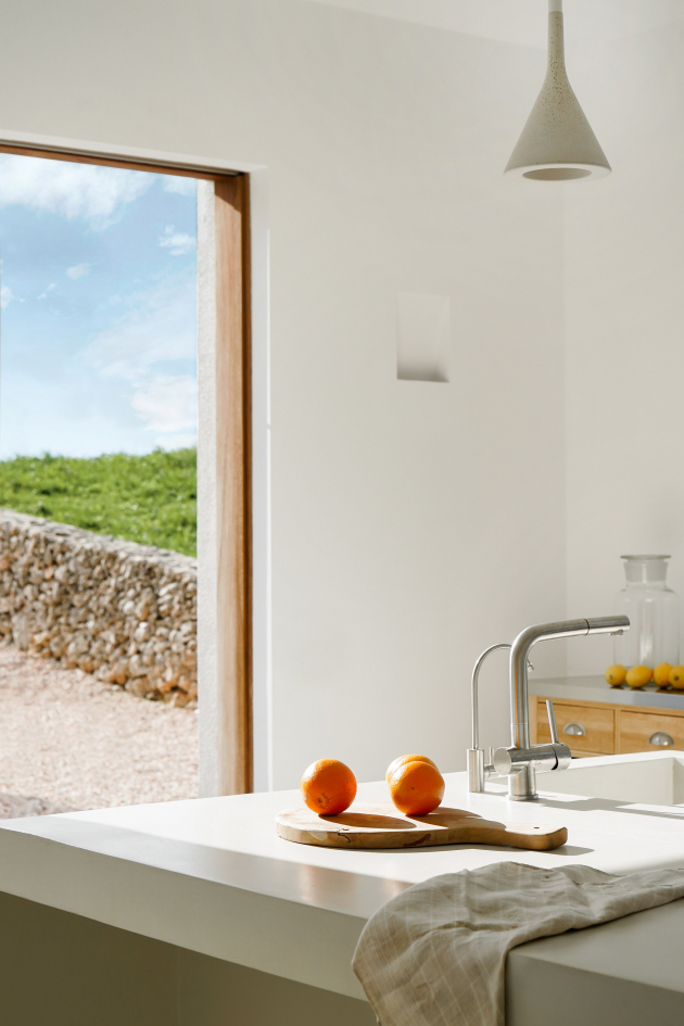 Uprostřed kuchyně se nachází prostorný kuchyňský ostrůvek.