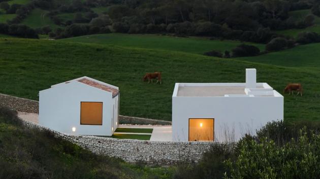 Nabílo natřenýdům je spojený zedvou částí. Jednu tvoří dlouhá pravoúhlá budova s plochou štěrkovou střechou. Druhou je menší stavba se sedlovou střechou, kterou tvoří recyklované terakotové střešní tašky.