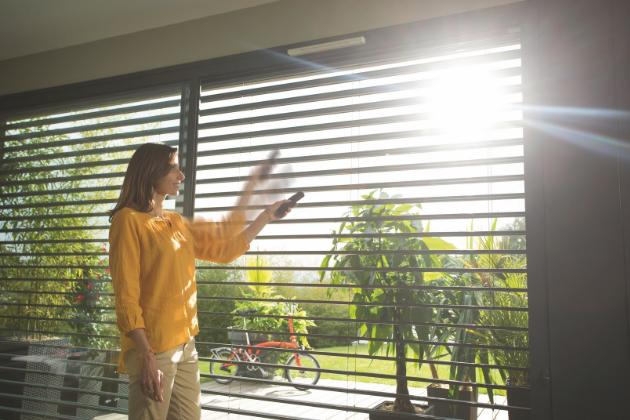 Venkovní žaluzie, rolety či screeny, které chrání interiéry a terasy před nadměrným množstvím slunečních paprsků, nás mohou ochránit ještě lépe, pokud je propojíme se slunečním čidlem a naučíme je automaticky reagovat na intenzitu slunečního svitu.