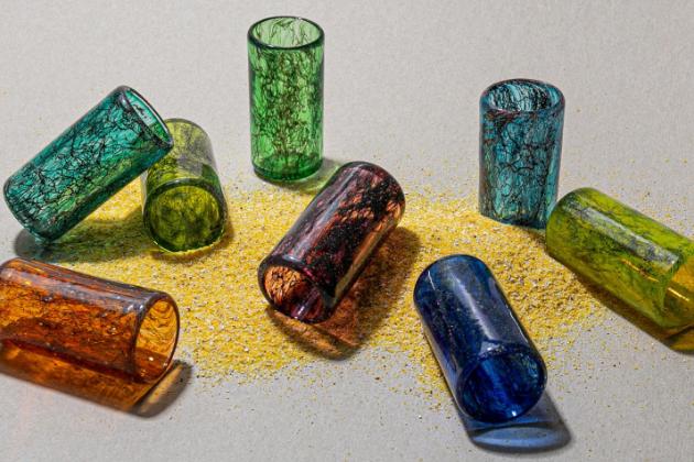 Designové studio T Sakhi zBejrútu zkombinovalo benátské sklo (muránské) srecyklovanými kovovými vlákny a prachem.