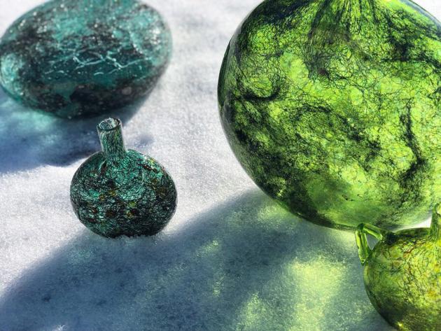 Vzory kolekce Tasting Threads se vyznačují lesklým efektem, povrch kolekce Nomad je vytvořený technikou craquelure – zdobí ji praskliny na vrstvách laku. K vytvoření této drsnější povrchové úpravy byla použita technika pískování.