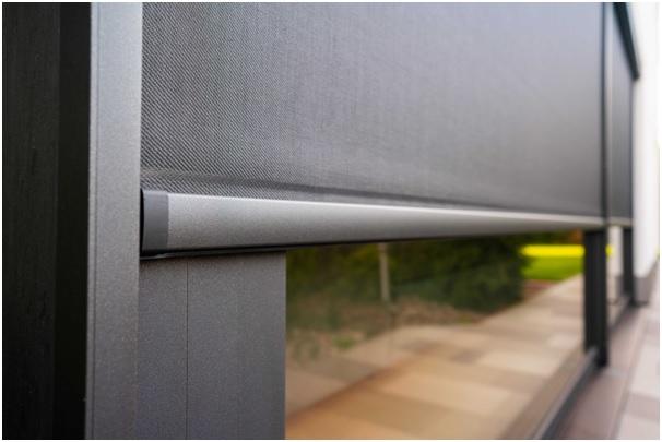 Vzorník odstínů screenových tkanin výrobce produktů značky Minirol obsahuje zhruba 25 barevných možností od čistě bílé, přes béžové, šedé, hnědé, až po černé odstíny.